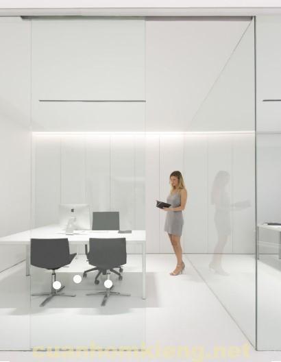 phòng hộp với vách kính cường lực sáng bóng hiện nay